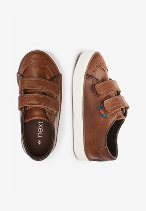 TAN BROGUE STRAP TOUCH FASTENING SHOES (YOUNGER) - Dětské boty - brown
