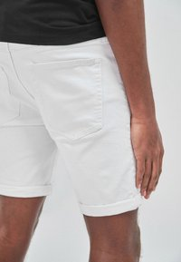 Next - Shorts di jeans - white - 6