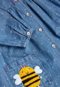 Next - DENIM BUTTON THROUGH DRESS (3MTHS-7YRS) - Denimové šaty - blue - 2
