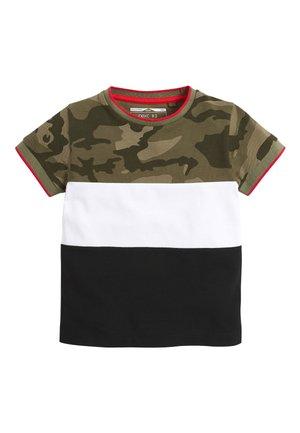 BLACK/GREEN CAMO COLOURBLOCK PIQUE T-SHIRT (3MTHS-7YRS) - T-shirt z nadrukiem - green