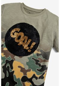 Next - CAMOUFLAGE FOOTBALL SEQUIN CHANGE T-SHIRT (3-16YRS) - T-shirt print - green - 4