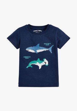 NAVY SHORT SLEEVE SEQUIN SHARK T-SHIRT (9MTHS-7YRS) - T-shirt print - blue