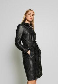 Oakwood - INDIANA - Robe chemise - black - 0