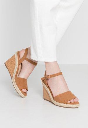 GRACIE WEDGE - Korolliset sandaalit - tan