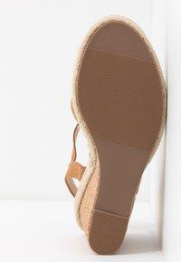 Oasis - GRACIE WEDGE - Korolliset sandaalit - tan - 6