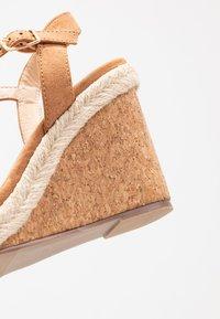 Oasis - GRACIE WEDGE - Korolliset sandaalit - tan - 2