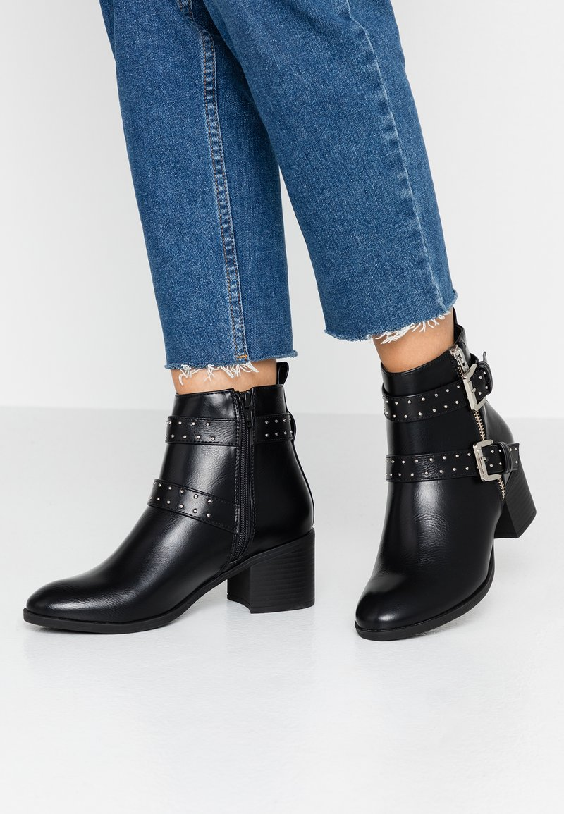 Oasis - FINLEY STUDDED BUCKLE BOOT - Cowboy/biker ankle boot - black