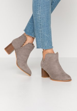 SCALLOP ROUND TOE - Ankle boot - mid grey