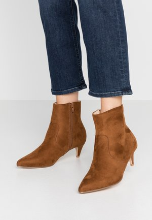 KITTEN HEEL BOOT - Classic ankle boots - brown