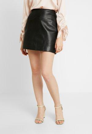SEAMED MINI - Kožená sukně - black