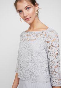 Oasis - ELLIE 3/4 SLEEVE PLEATED MIDI - Juhlamekko - pale grey - 4