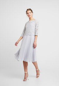 Oasis - ELLIE 3/4 SLEEVE PLEATED MIDI - Juhlamekko - pale grey - 0