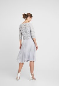 Oasis - ELLIE 3/4 SLEEVE PLEATED MIDI - Juhlamekko - pale grey - 3
