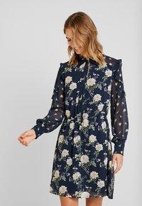 Oasis - LOGANBERRY PUSSYBOW BLOUSE DRESS - Vestito estivo - multi blue - 0