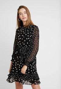Oasis - SPOT SHIRRED NECK SKATER - Denní šaty - multi black - 0