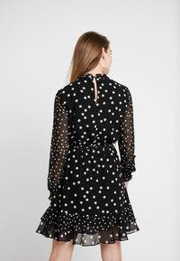 Oasis - SPOT SHIRRED NECK SKATER - Denní šaty - multi black - 2