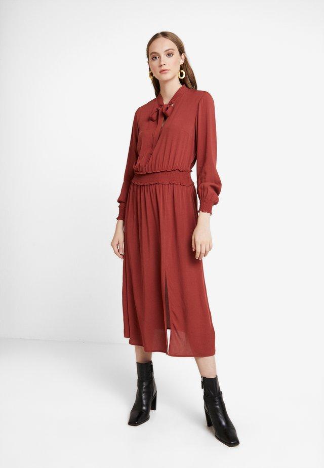PLAIN PUSSYBOW MIDI EXCLSUIVE - Denní šaty - mid brown