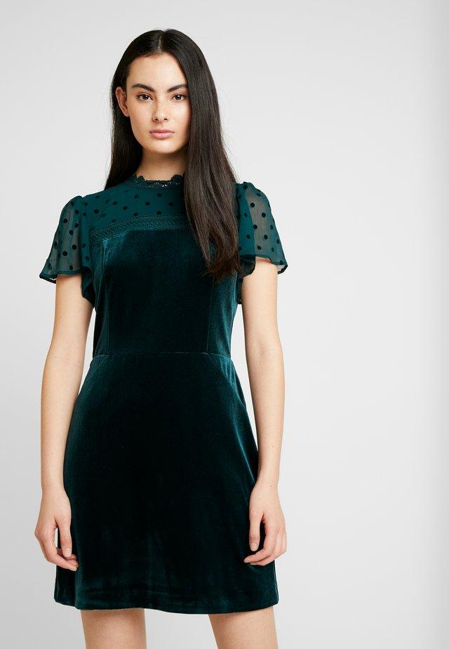 PRETTY DRESS - Hverdagskjoler - deep green