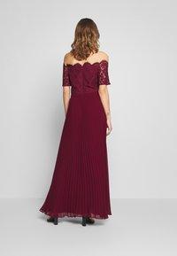 Oasis - HOLLY BARDOT PLEATED MAXI - Společenské šaty - burgundy - 2