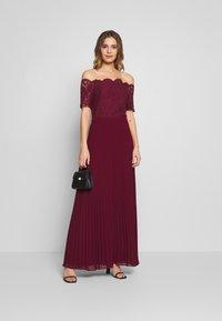 Oasis - HOLLY BARDOT PLEATED MAXI - Společenské šaty - burgundy - 1