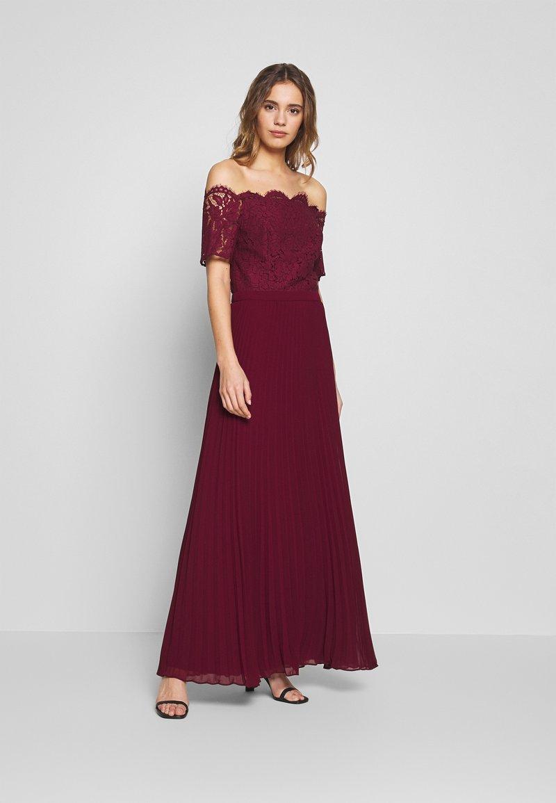 Oasis - HOLLY BARDOT PLEATED MAXI - Společenské šaty - burgundy