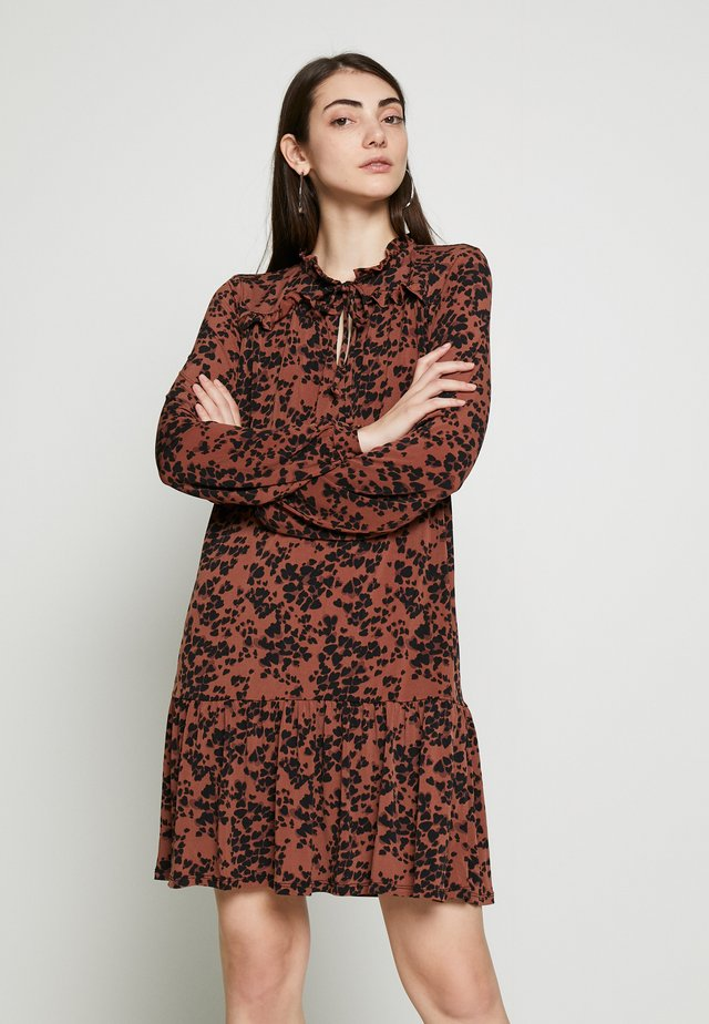 AMY LEOPARD DROP WAIST DRESS - Jersey dress - rust