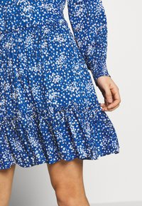 Oasis - DITSY NECK DRESS - Hverdagskjoler - multi blue - 5