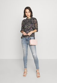 Oasis - SMUDGY FLORAL BALOON SLEEVE MESH - T-shirts print - multi blue - 1