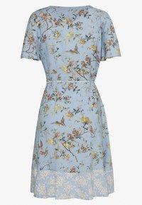 Oasis - BERNADETTE BIRD RUFFLE PATCHED TEA DRESS - Denní šaty - multi/blue - 1