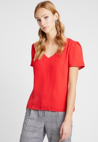 Oasis - V NECK T-SHIRT - Pusero - MID RED - 0
