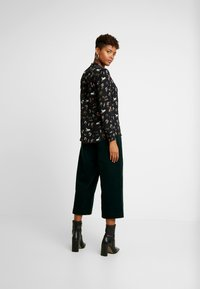 Oasis - REGGIEFRILL ROUCHED - Bluse - multi black - 2
