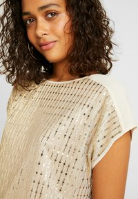 Oasis - SEQUIN TEE - Bluse - gold - 5