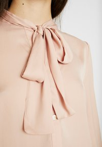 Oasis - BRITEX PUSSYBOW BLOUSE - Camicia - light neutral - 5