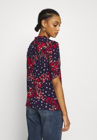 Oasis - FLORAL RUCHED SLEEVE TEE - Blouse - blue - 2