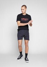 Oakley - TARTAN LOGO - Shorts - blackout - 1
