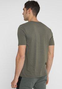 Oakley - BARK - T-Shirt print - dark brush - 2