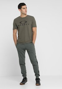 Oakley - BARK - T-Shirt print - dark brush - 1