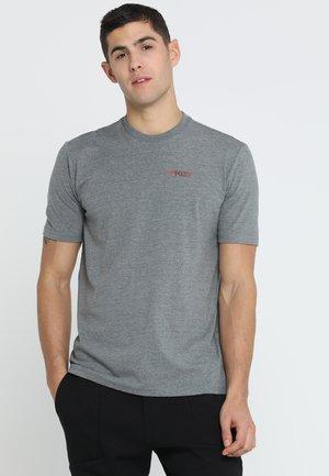 AUTHORIZED TEE - T-shirt imprimé - athletic heather grey