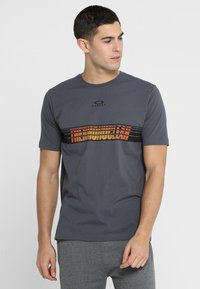 Oakley - RACING CENTER SUNSET - T-Shirt print - forged iron - 0