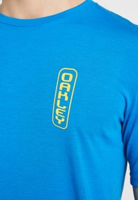 Oakley - SIGN LOGO TEE - T-Shirt print - matrix blue - 4