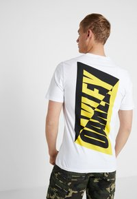 Oakley - BROKEN TEE - T-shirt de sport - white - 2