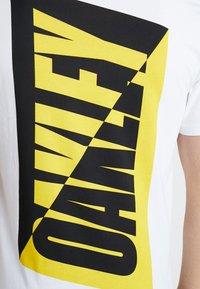 Oakley - BROKEN TEE - T-shirt de sport - white - 4