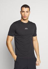 Oakley - BARK NEW - T-Shirt basic - black - 0