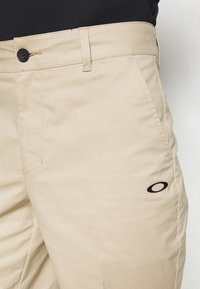 Oakley - ICON GOLF SHORT - Sportovní kraťasy - safari - 4