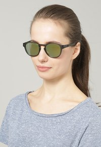 Oakley - LATCH - Sonnenbrille - matte olive ink/emerald iridium - 1