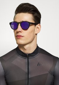 Oakley - LATCH - Sonnenbrille - latch matte black /prizm violet - 1