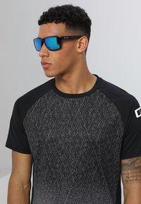 Oakley - HOLBROOK XL - Sluneční brýle - prizm sapphire - 1