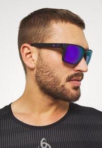 Oakley - HOLBROOK - Sonnenbrille - matte black/violet - 1