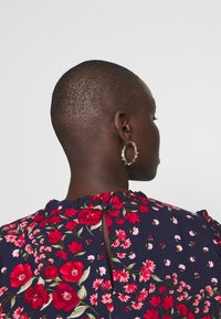 Oasis Curve - FLORAL RUCHED SLEEVE TEE - Blouse - multi/blue - 4