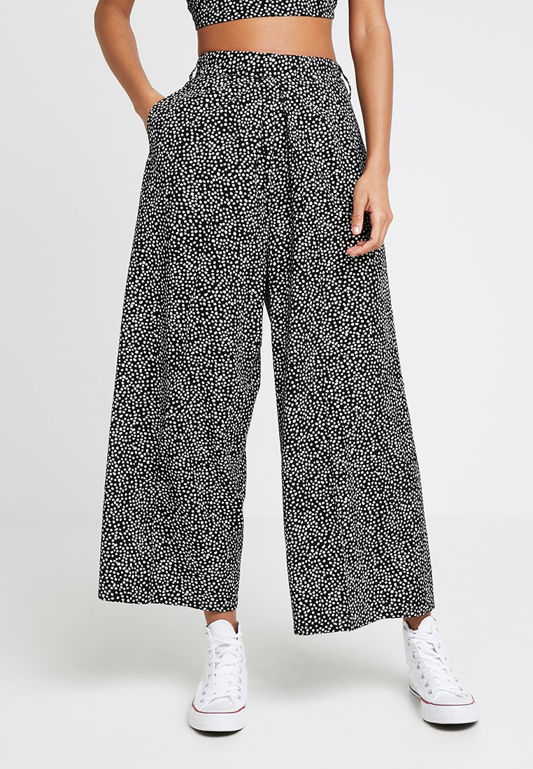 Obey Clothing - ALMA CROPPED PANT - Stoffhose - black/white